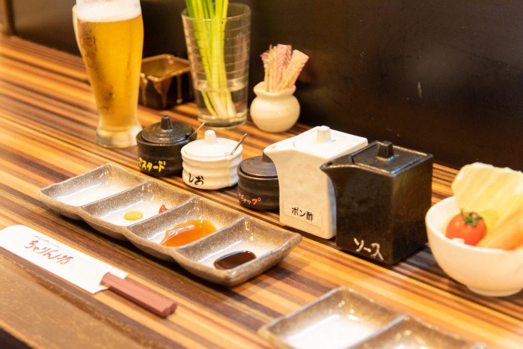 枚方市駅直結サンプラザ3号館にある串かつ・ふらい専門店「浪花の串かつ ちゃりん坊」の串揚げは一本一本挙げられている