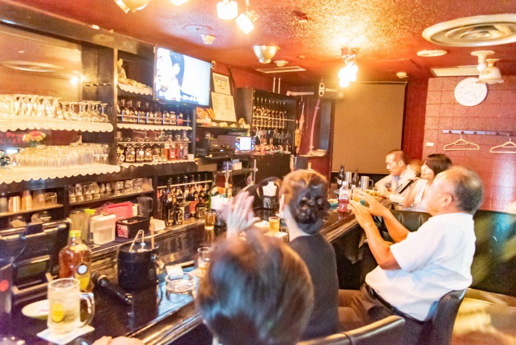 枚方市駅直結の商業施設サンプラザ3号館の居酒屋「わいわいスタジオ MATSURI(スナック)」の様子