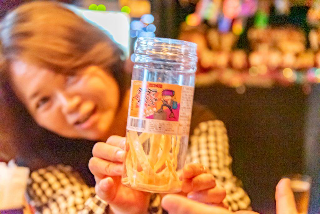 枚方市駅直結の商業施設サンプラザ3号館の居酒屋「わいわいスタジオ MATSURI(スナック)」のチーママが駄菓子をプレゼント