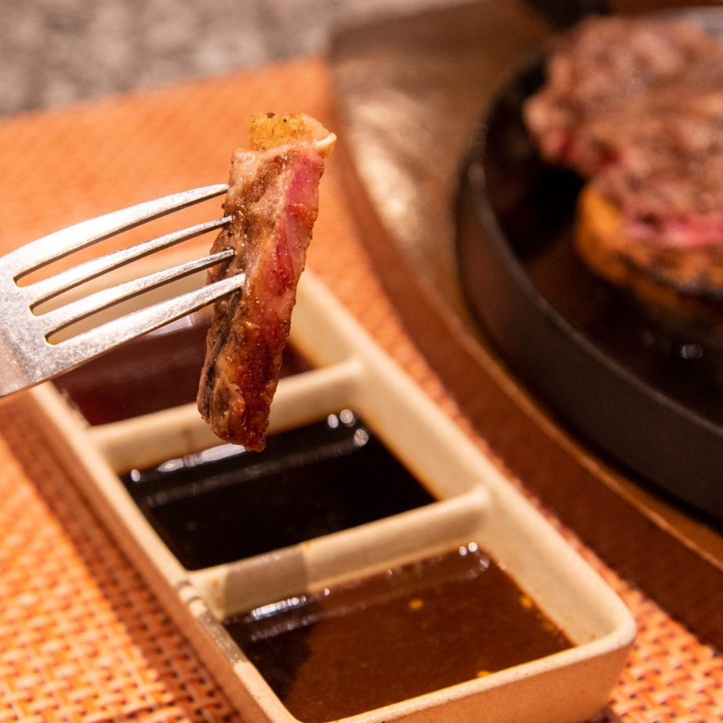 お肉をソースにつけて食べる